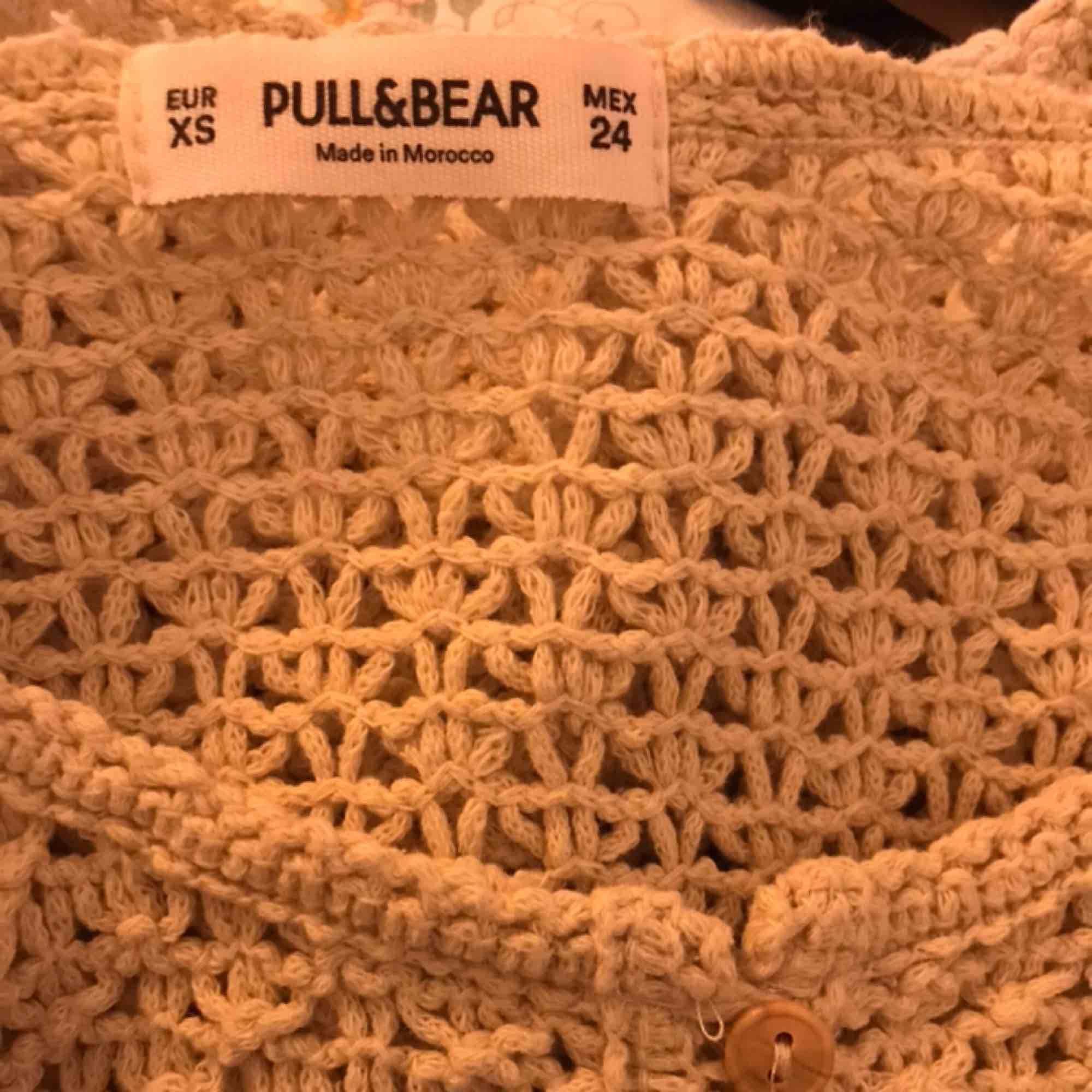 Jättesöt croppad kofta köpt på Pull&Bear. Knappt använd så som ny. Skriv för fler bilder. Kan mötas upp i Gbg/posta, men köparen står för frakten.🥰. Tröjor & Koftor.