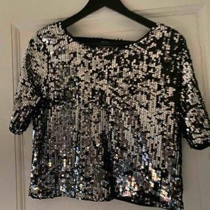 Glitter tröja från bikbok med djup rygg använd 1 gång