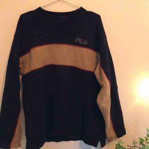Unik Fila-sweatshirt med bruna och orangea detaljer. Jättemysig inuti, och sitter snyggt som oversized. Köpt second hand men väldigt bra skick. Skriv för fler bilder. Kan mötas upp/posta, men köparen står för frakten.🥰