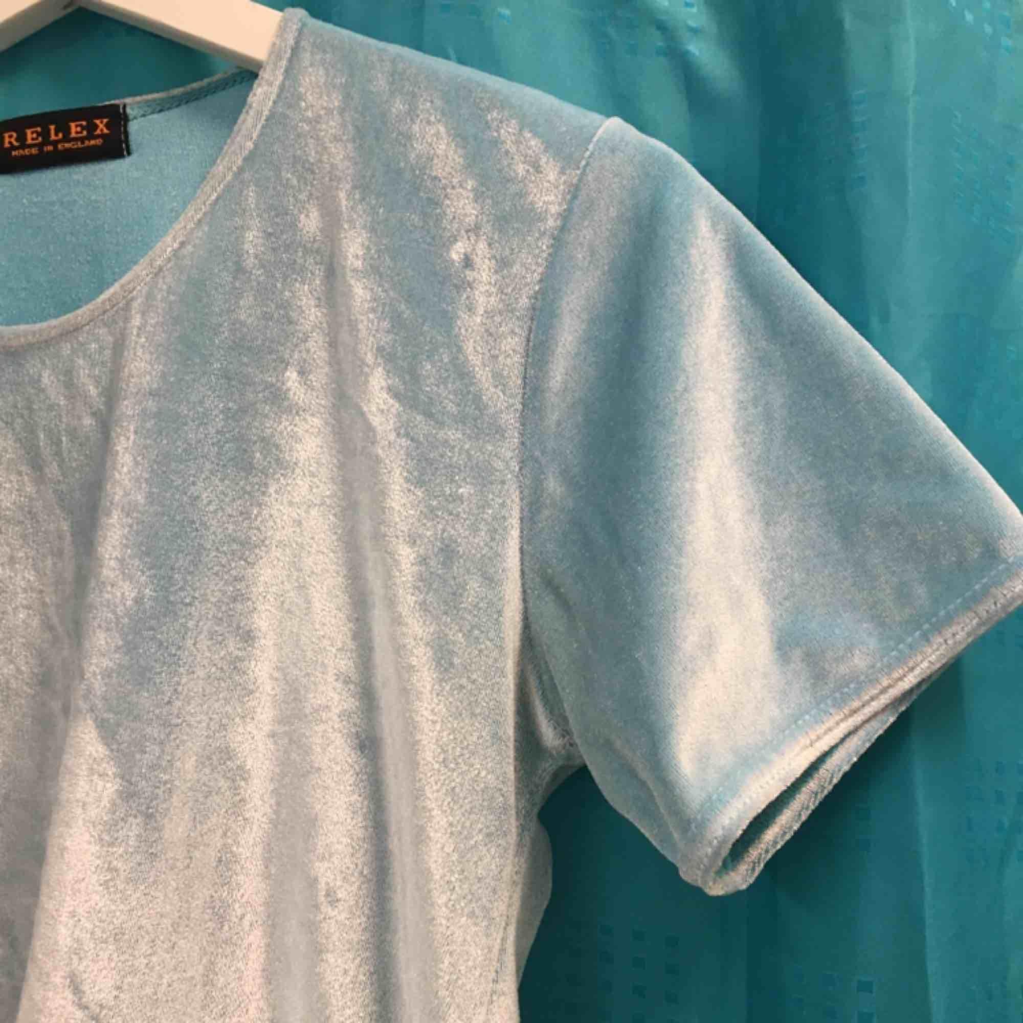 Ljusblå/turkos t-shirt i krossad velour.  (っ◔◡◔)っ MÅTT: Byst: 42,5cm Längd: 54cm Ärm: 18cm. T-shirts.