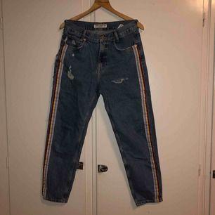 sjukt coola loosefit jeans från pull&bear köpta förra sommaren 💜 skickar gärna fler bilder om så önskas☺️