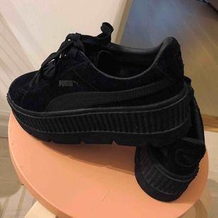 Svarta Puma X Fenty i mocka.  De är i storlek 38 men stora i storleken och för stora för mig som vanligtvis har 38. Därför är dom knappt använda och i väldigt bra skicka, ser inte använda ut.