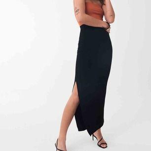 Säljer denna svarta långa kjol med slits på båda sidorna. Den har en slags resor i midjan vilken göra att den markerar höfterna fint och passa alla mellan XS-M. Den är i bra kvalite och knappt använd! 🥰🥰