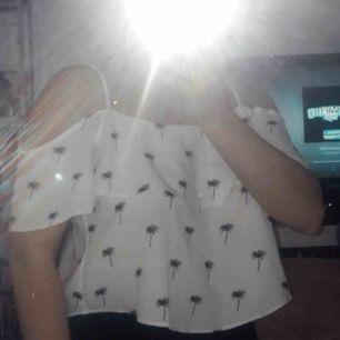 Super gullig sommar tröja, används aldrig här hemma. Storlek 40 men den är justerbar, så om du är en XS eller S så passar dig den också:)