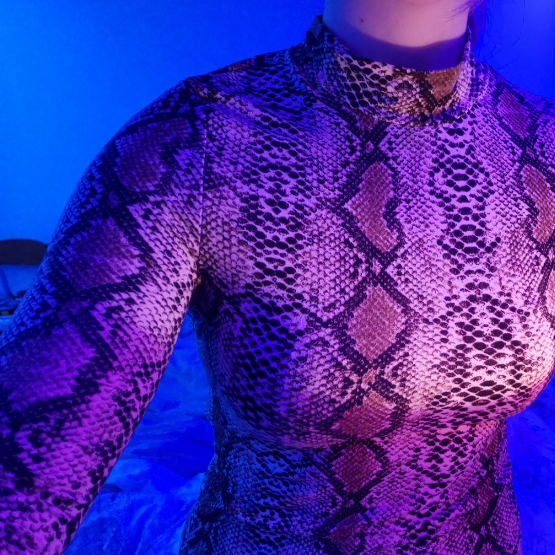 Mjuk skön lång ärmad tröja med turtleneck mdd ormskinsimitation!. Tröjor & Koftor.