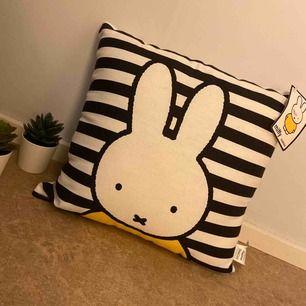 Världens sötaste kudde med Miffy-motiv från Primark!! Etiketten finns kvar; oanvänd, nypris ca 250kr. 🐰 Jag står för frakten!