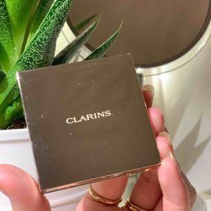 Säljer denna jättegulliga blush från Clarins. Den är i färgen 02 soft peach 💞💞 Helt oanvänd och finns kvitto! Nypris : 350kr