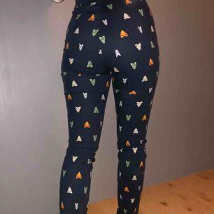 Högmidjade kostymbyxor utan fickor från H&M. Färgen är marinblå. Sitter väldigt fint på och är sköna.👍🏼  Frakt tillkommer + pris kan diskuteras 😊