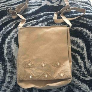 Väska i bohemisk stil. Knappt använd.