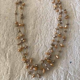 Halsband med fake pärlor. Knappt använd. Tar swish betalning. Kan skickas mot porto.
