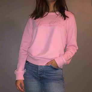 Ljusrosa sweatshirt från Gant! Säljer eftersom jag inte använder den längre :(( Väldigt fint skick!   Frakt tillkommer + pris kan diskuteras
