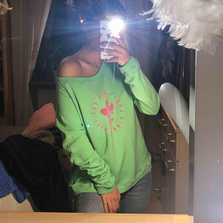 """En grym oversized sweatshirt från Morris! I mycket bra skick, med ett fint tryck som visas på bilden. Är superfin vanligt eller om man bär den """"off shoulder"""" ☺️ Frakt tillkommer + pris kan diskuteras. Tröjor & Koftor."""