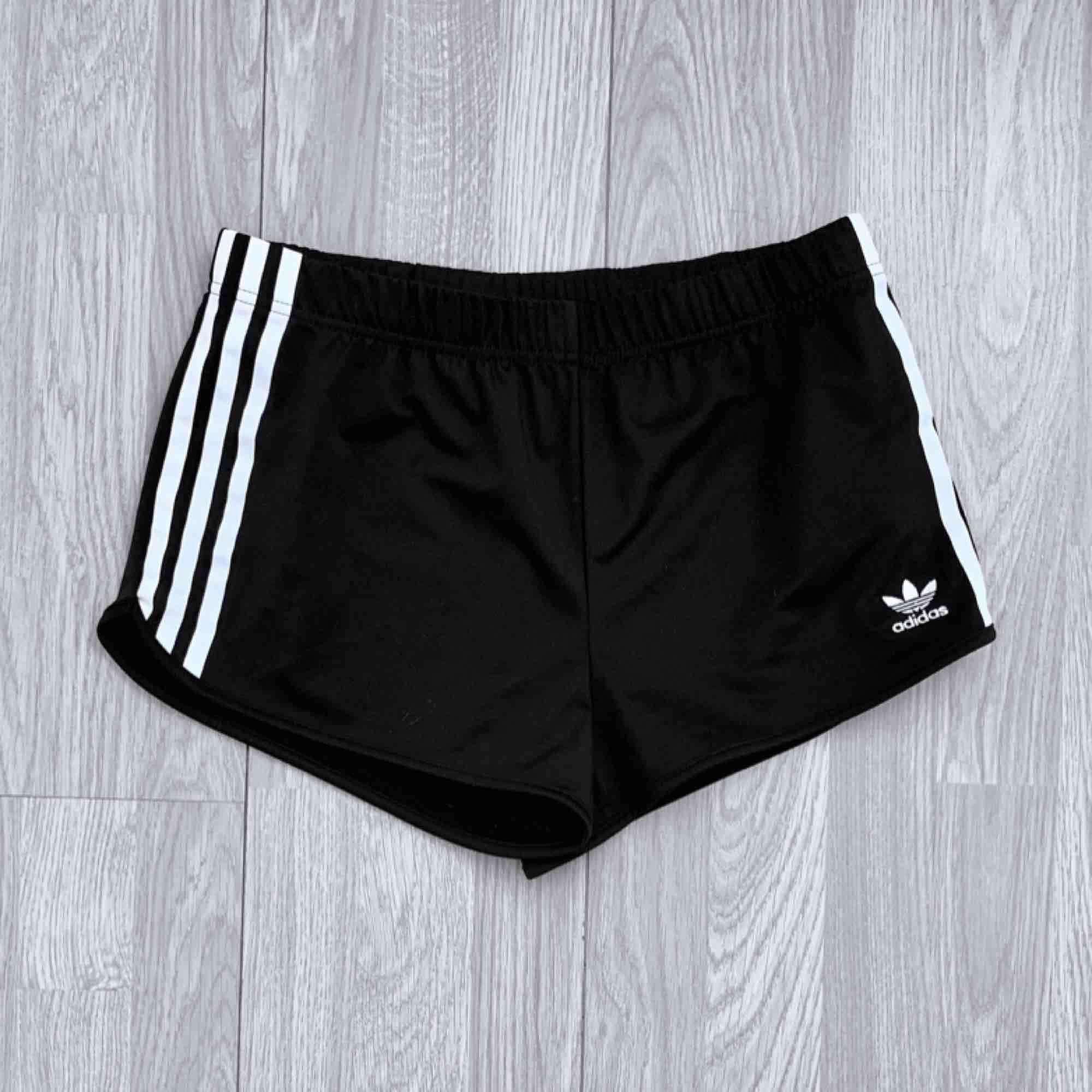 Svarta adidas shorts storlek S i fint skick.  Möts upp i Stockholm eller fraktar.  Frakt kostar 36kr extra, postar med videobevis/bildbevis. Jag garanterar en snabb pålitlig affär!✨. Shorts.