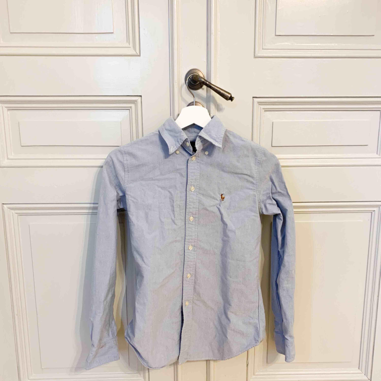 Skjorta från Ralph Lauren till dam. Custom fit. Som ny. Skjortor.
