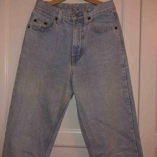 Dehär jeansen är så fakkkinngggg snygga o de kommer typ inte fram likadant på bild men svär de e sjukt snygga o de har tyvärr blivit för små för mig🥺 Helt klart en liten modell så skulle säga mer W25L27
