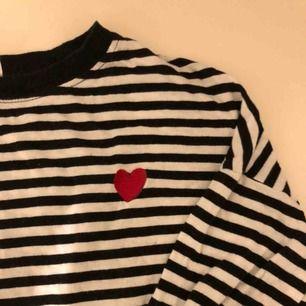 Långärmad randig tröja från h&m i storlek S men skulle mer säga att den passar en XS.