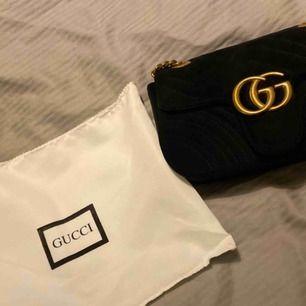 Gucci oäkta väska i sammet aktigt tyg, fin skick.  Ska den skickas så får köparen betala frakt.