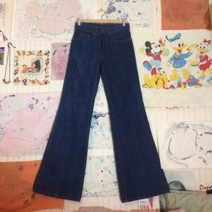 Vintage 70-tals jeans i nyskick!  Av märket Gabriel.  Märkt 38/44 i strl.. Mått:  midja - 37cm,  yttersöm, ben - 111cm,  innersöm, ben - 89cm.   Hur fina som helst! och LÅNGA!  Finns i Sthlm, köparen betalar för ev. frakt.  Har swish! ✨