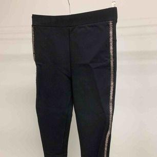Snygga tights i svart med revärer i blingbling från Zara. Det är ganska tjockt elastiskt tyg så är som byxor/tights töjbara. Endast provade som i nyskick. Skickas i Sverige 36 kr eller hämtas i centrala Gbg