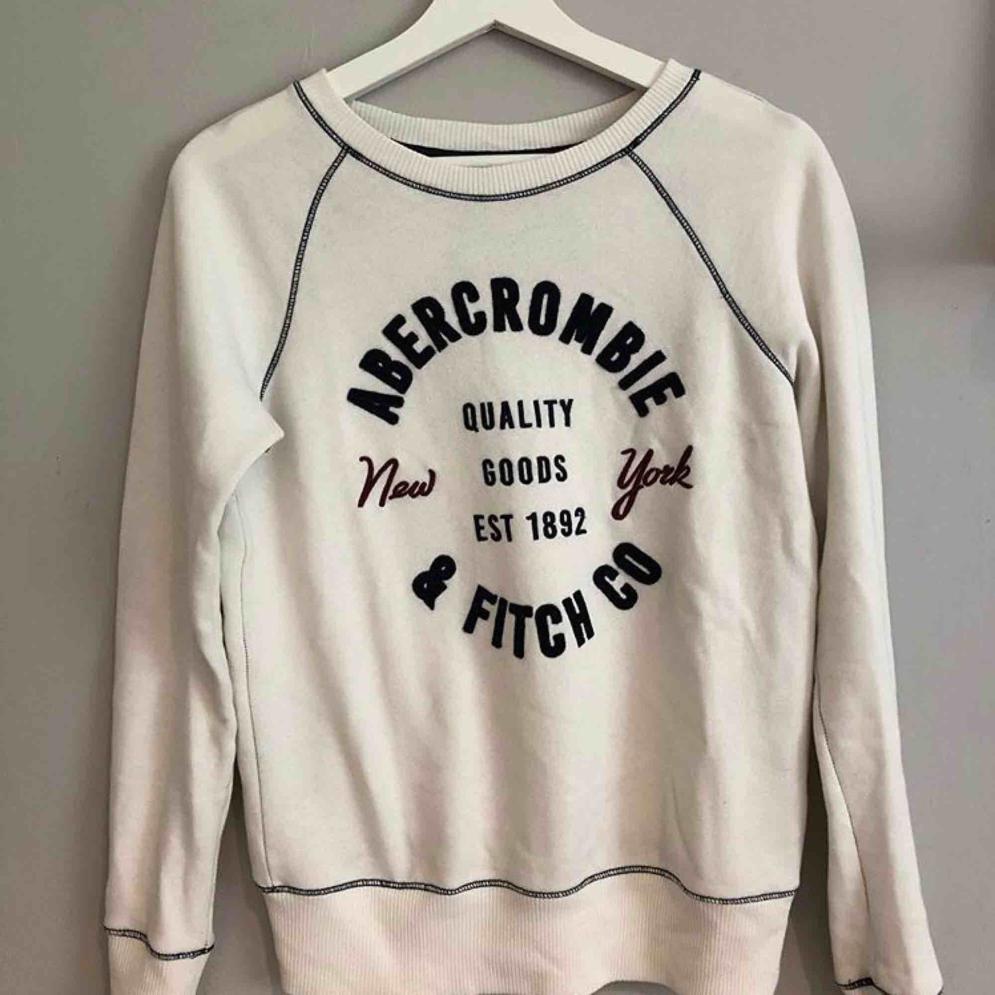Väldigt skön och fin tröja, sparsamt använd!. Stickat.