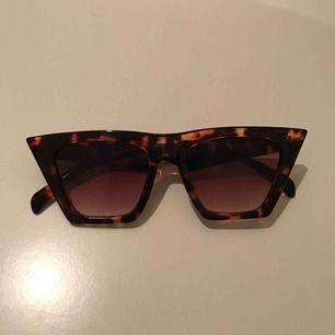 Trendiga Solglasögon från pull&bear. Nypris: 199kr  Knappt använda. Köpare står för frakt💘