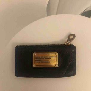 Svart korthållare från Marc Jacobs, finns inte längre att köpa i butik. Gott skick förutom att den är repig på brickan.