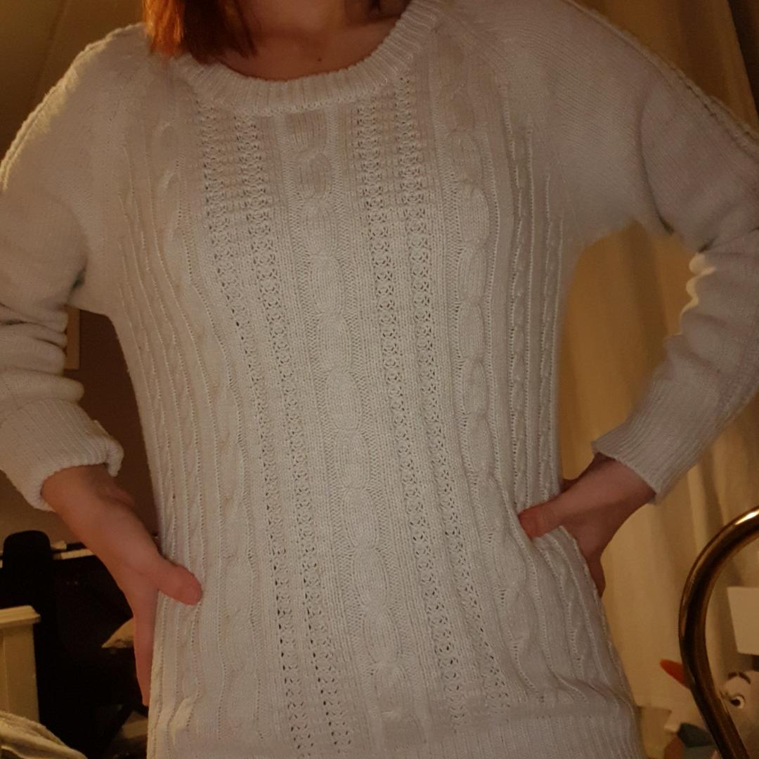 Cool och varm stickad tröja perfekt för kalla månaderna🥰🤩 styla med mom jeans eller något mer edgy, den passar allt🥰 basic, men bra att ha! Möts i Stockholm eller fraktar. Stickat.