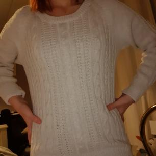 Cool och varm stickad tröja perfekt för kalla månaderna🥰🤩 styla med mom jeans eller något mer edgy, den passar allt🥰 basic, men bra att ha! Möts i Stockholm eller fraktar