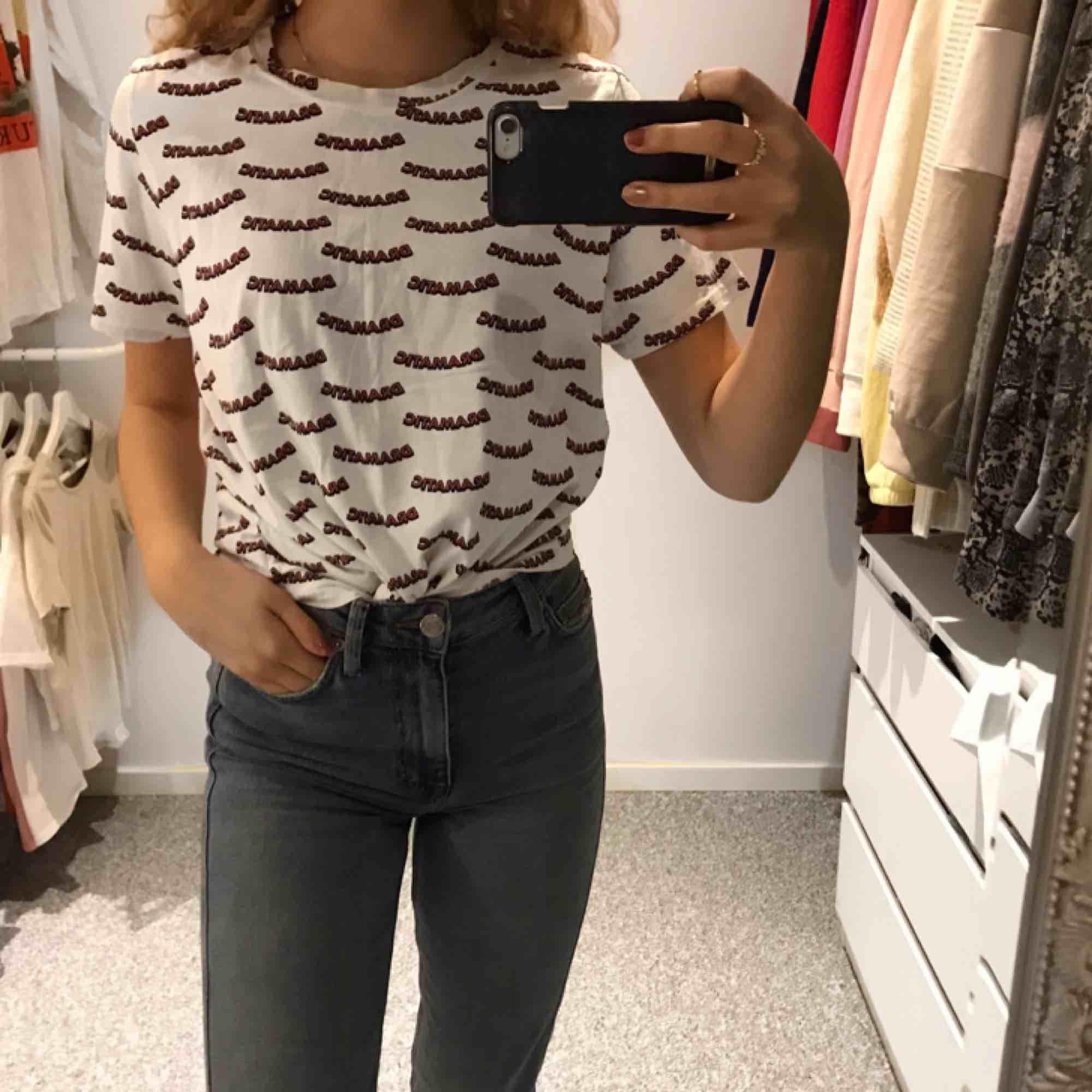 Vit T-shirt med tryck Storlek L men sitter snyggt på mig med xs! 🎀. T-shirts.