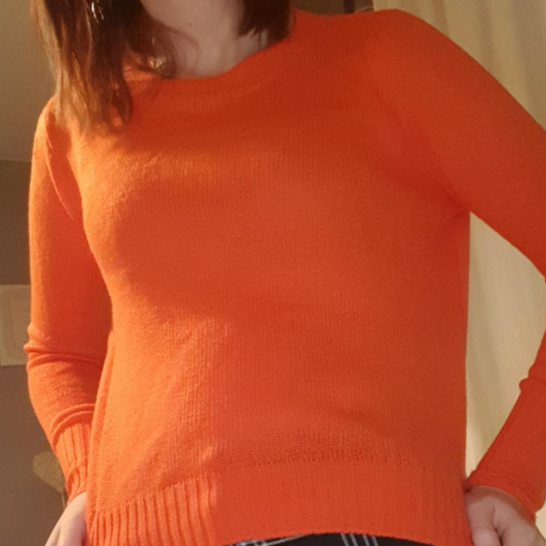 Höstig snygg stickad tröja i orange! Färgen är väldigt vibrant och så fräsch!  Ingen tråkig outfit med denna tröja! Möts i Stockholm eller fraktar . Stickat.