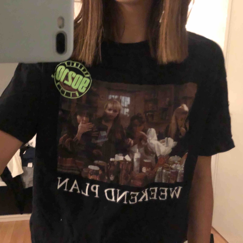 T-shirt från zara i storlek s! Coolt tyck från serien Beverly hills.. T-shirts.