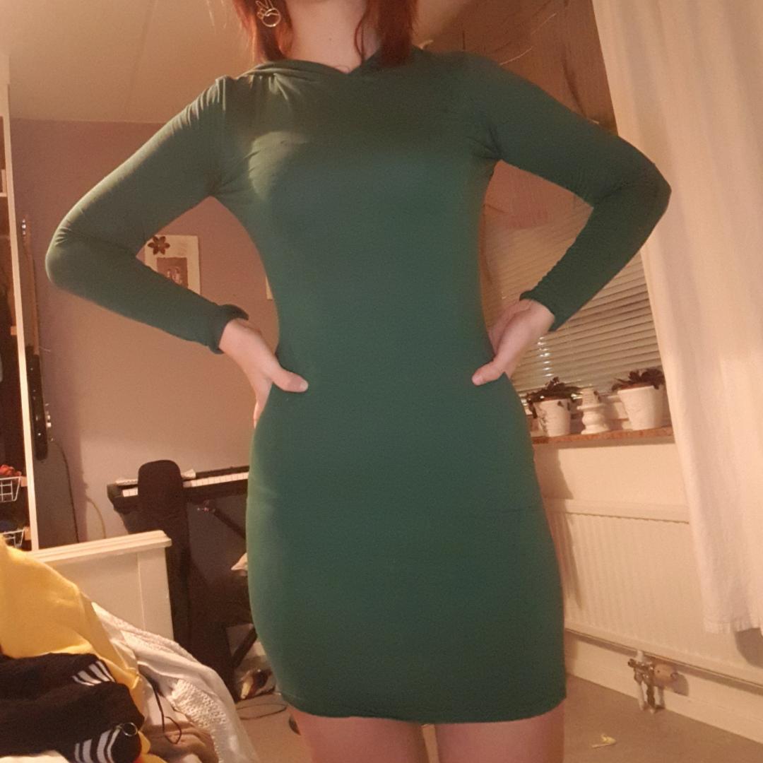 Mörkgrön extremt cool bodycon klänning med luva👽💚 luvan ger klänningen en mer avslappnad och casual look, brukar inte ha på den men ser coolt ut ändå. Finns i Stockholm eller fraktar . Klänningar.