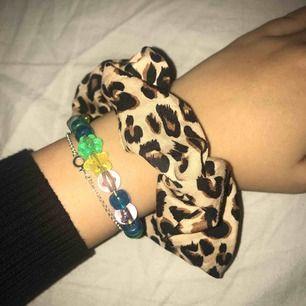 Scrunchie med leopardmönster från hm, nästan aldrig använd, alltså i toppskick