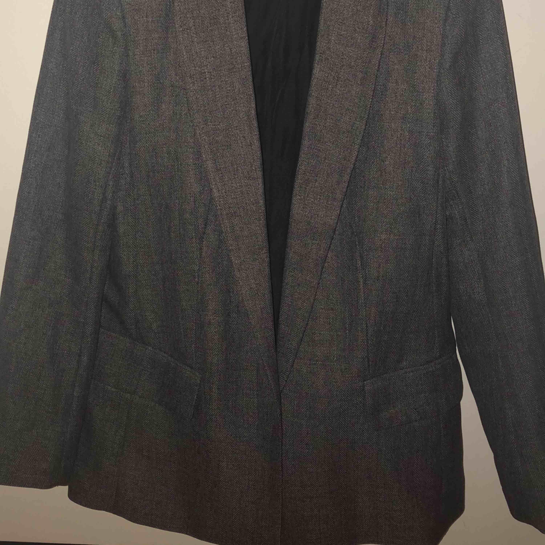 Använd endast 1 gång jätte fin oversize kavaj  Storlek 40  Köpt för 399 Säljs för 150kr. Kostymer.
