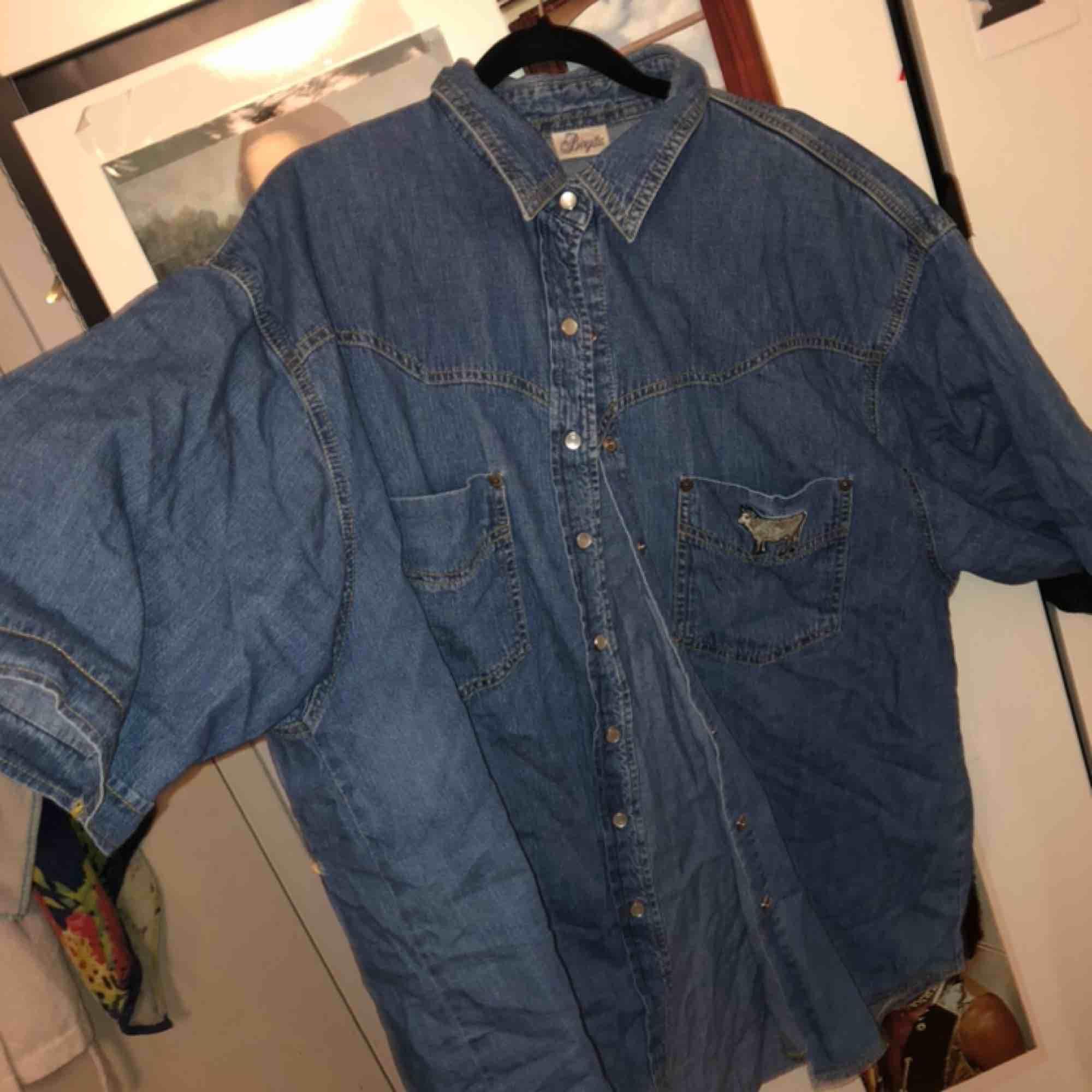 🐃🐃🐃🐃 Asrolig jeansskjorta/ jeansjacka! Den har en asfin broderad ko på ena bröstfickan, märket heter birgitta!!! Den var skitsnygg som en oversized jeansjacka under sommarn!!! . Skjortor.