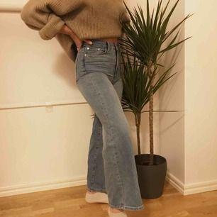 Jag säljer dessa väldigt snygga vida jeans från hm, säljer pågrund av att dom är lite för korta för mig (är 164) de är en storlek 32 men passar mig som vanlig vis har storlek 34⚡️😇😇frakt tillkommer👼🏼
