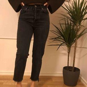 Säjer dessa supersnygga mom jeans i en mörkgrå färg🤩 Dom har tyvärr blivit försmå för mig (inte jag på bilden, 163cm) 😇⚡️ frakt tillkommer👼🏼