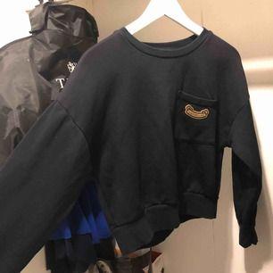 Kroppad tröja från strandivarius i en mörkblå färg. Har tyvärr inte kommit till användning. Köparen står för frakten