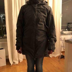 Helt oanvänd vinterjacka från Didriksons. Det är min käre mor på bilden och hon är 163 cm lång, jackan är för stor för henne överlag. Jackan går att justera i midjan och längst ner.
