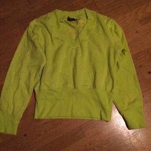 Neongul Sweatshirt med V ringning. Storlek M. Frakt: 79 kr i postens påse