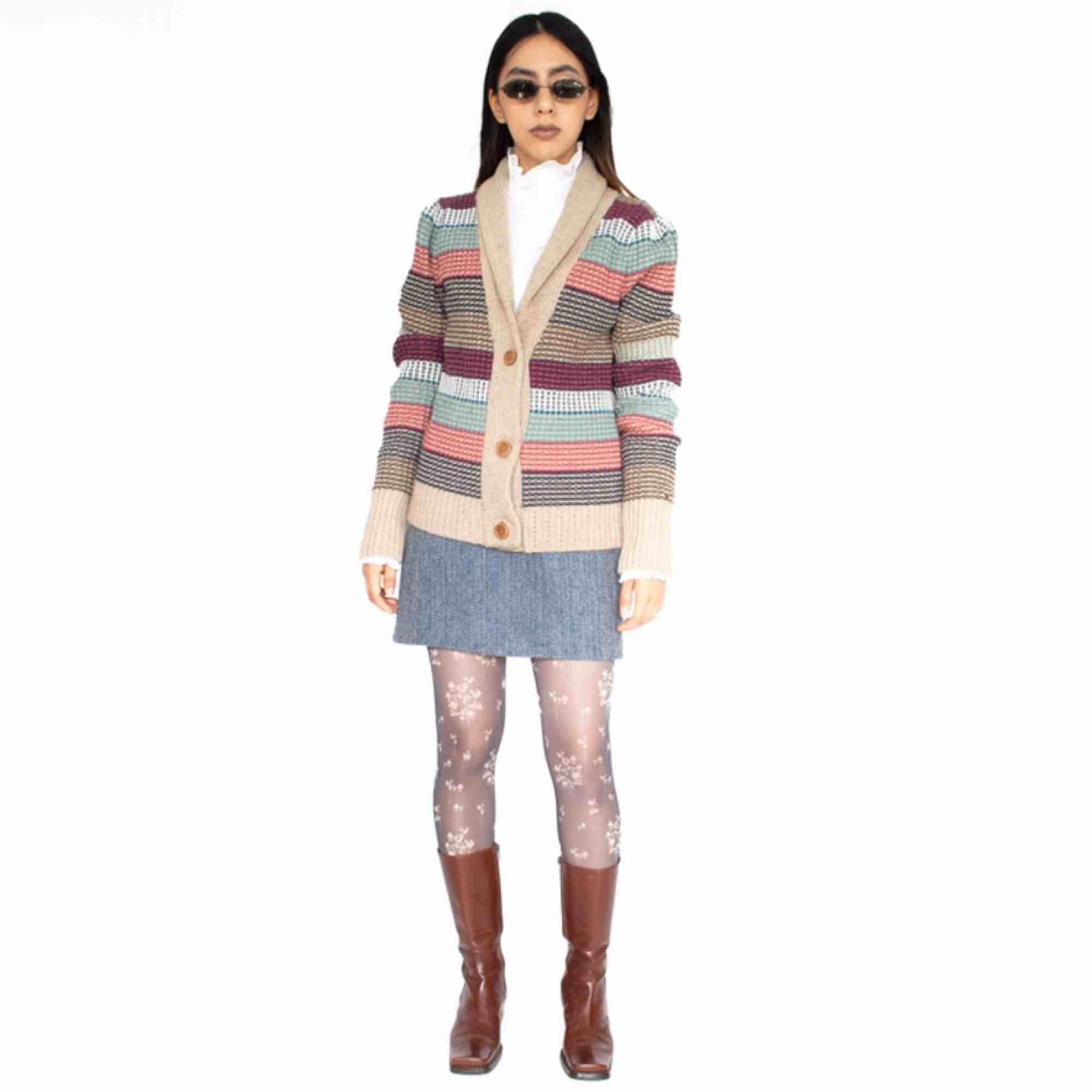 Tommy Hilfiger Denim cotton wool blend multicolored striped cardigan SIZE Label: L, but fits best XS-S Model: 165/XS Measurements (flat): Length: 65 cm pit to pit: 48 cm Free shipping! Read full description at our website majorunit.com No returns . Tröjor & Koftor.
