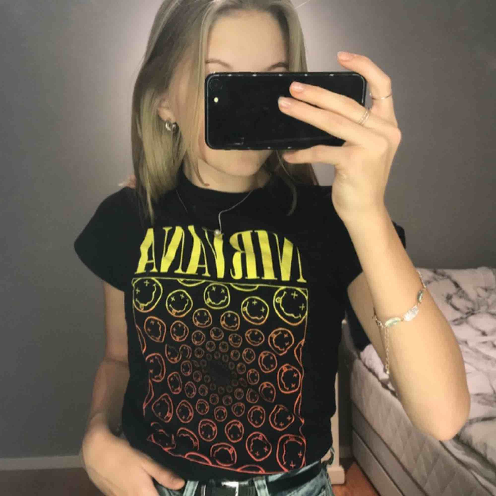 Säljer sdenna as coola nirvana T-shirt. Vet ej storlek men den passar mig som xs💞 använd fåtal gånger (bra skick) köparen står för frakten😊 . T-shirts.