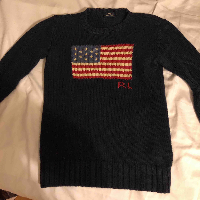 Polo Ralph Lauren stickad tröja köpt från Johnells, och är inte använd så många gånger. Köparen står för frakten. Tröjor & Koftor.