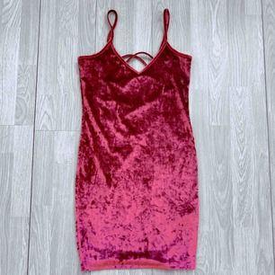 Rosa/röd klänning i sammet från NA-KD storlek M i fint skick.  Möts upp i Stockholm eller fraktar.  Frakt kostar 42kr extra, postar med videobevis/bildbevis. Jag garanterar en snabb pålitlig affär!✨