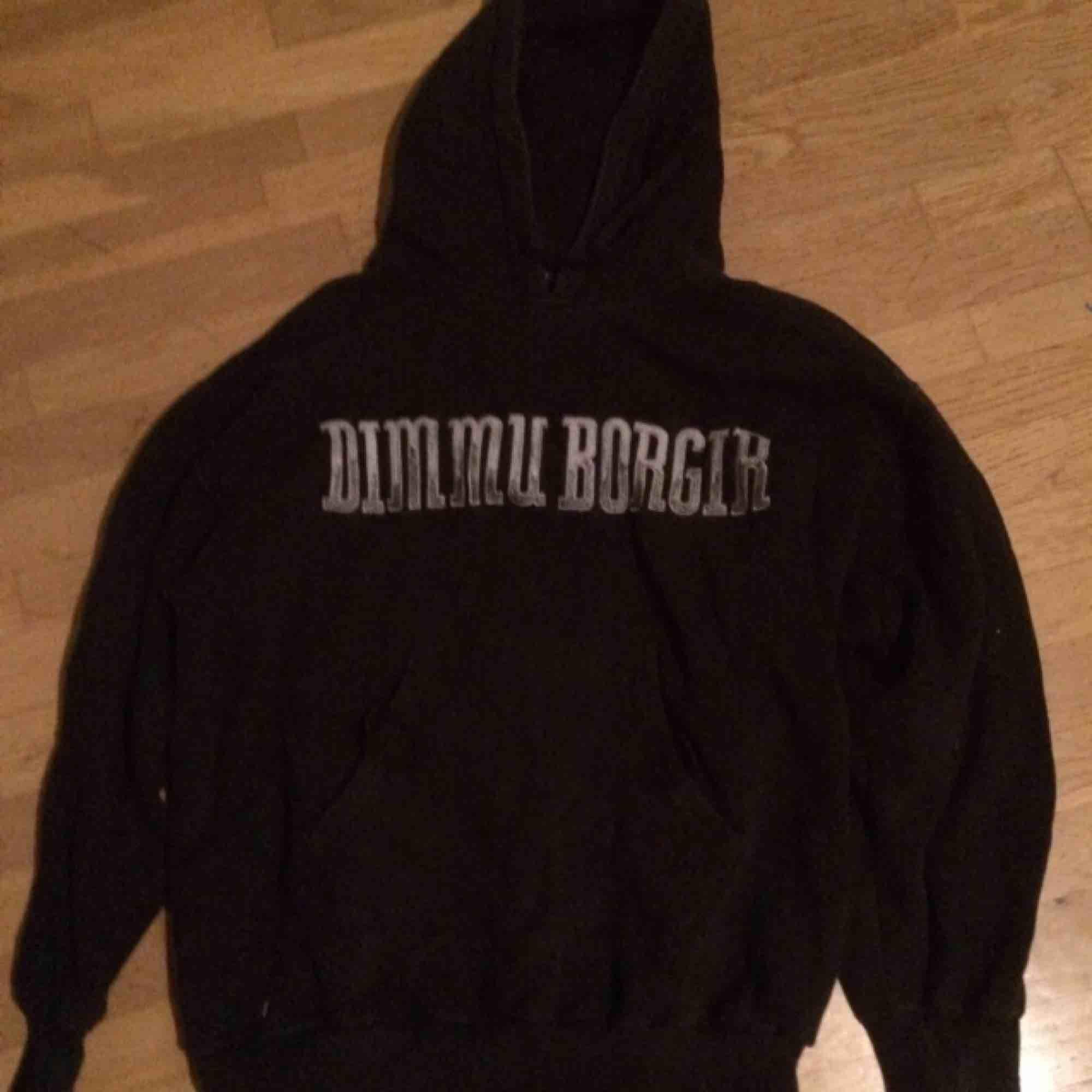Tjock Dimmu Borgir Sweatshirt i fint skick. Stl XS men tror det är herrstorlek. Frakt ingår i priset.. Huvtröjor & Träningströjor.