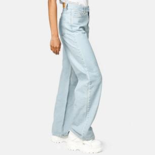 Snygga, trendiga wide leg ljusblåa jeans. Har aldrig används och är därför i nyskick. De var lite för stora. För fler frågor är det bara att skriva!