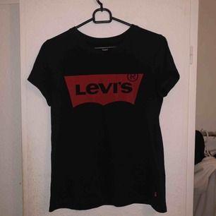 Levis t-shirt. Köpt i somras och bara använt några få gången (2-3ggr). Storlek XS men passar även S. 🌹