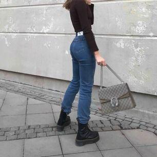 Säljer mina superfina Calvin Klein jeans då jag knappt använder dem... köpte i våras för 1199kr. Superfint skick. W26L32