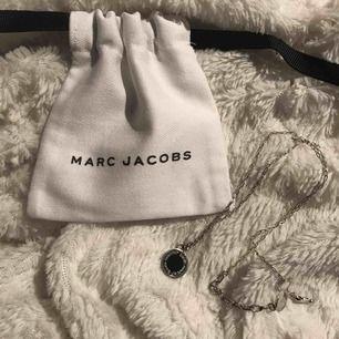 Säljer ett silvrigt marc jacobs halsband, aldrig använt och påsen följer såklart med. Äkta såklart