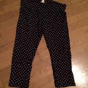 Korta svarta leggings/byxor med vita stjärnor. Resår i midja. Står 170 men funkar på xs-s. Frakt: 42 kr